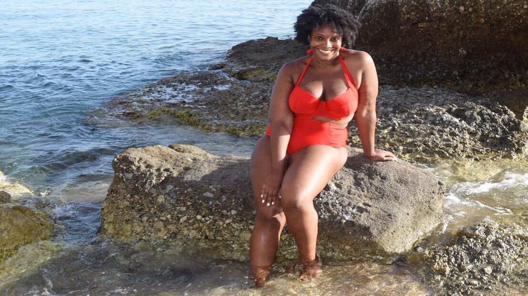 Girl Masturbates Public Beach