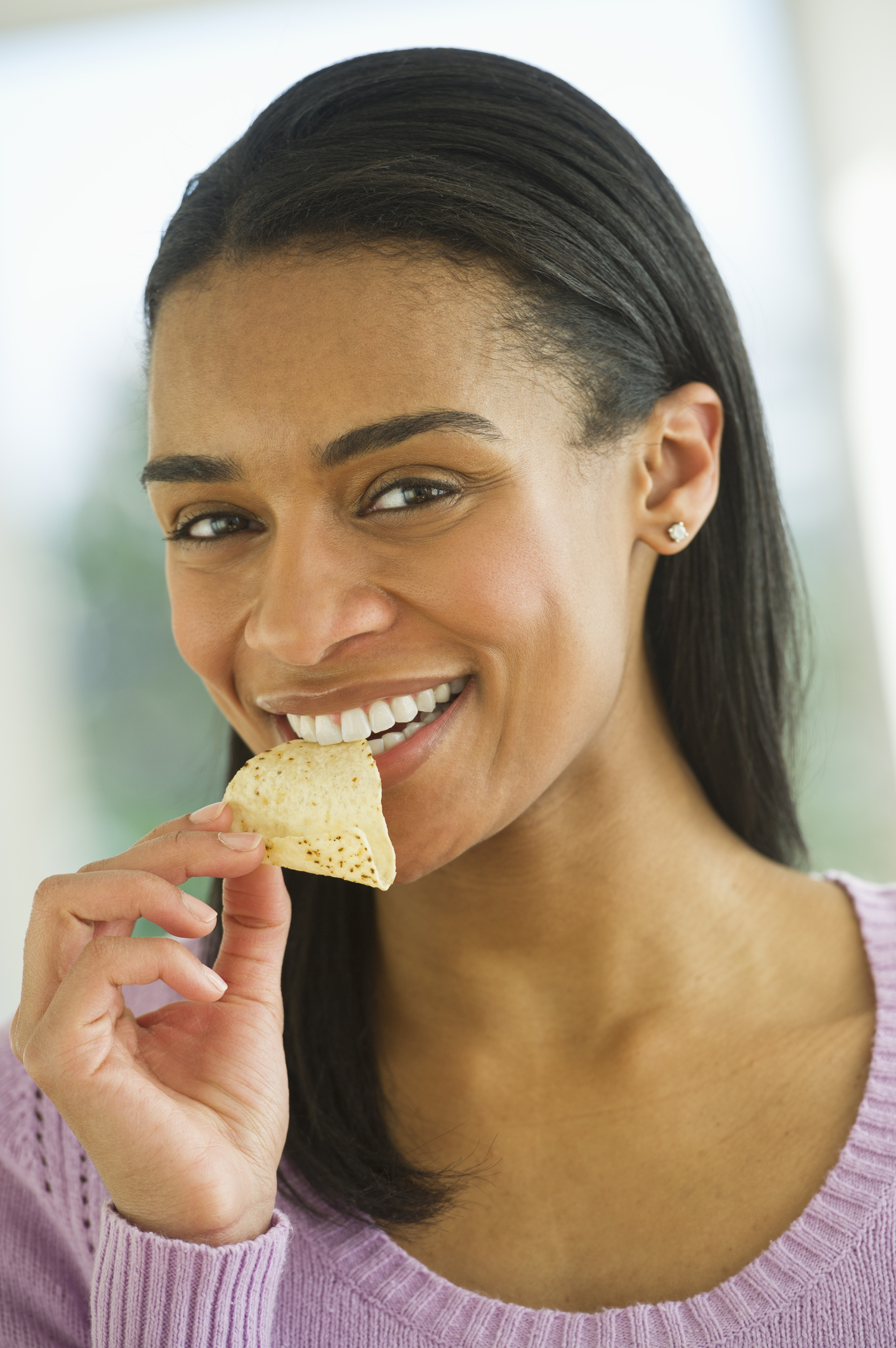 USA, New Jersey, Jersey City, Woman eating potato chips