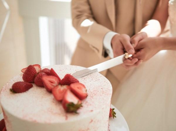 Gâteau de mariage coupé pour les mariés.